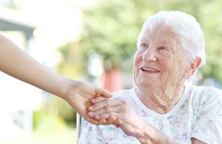 高齢者と認知症患者に優しさでケアするユマニチュードとは?